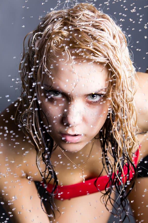 Femme expressif avec des gouttelettes d'eau image stock