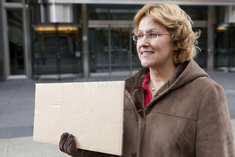 Femme extérieur d'affaires avec le signe blanc horizontal photographie stock