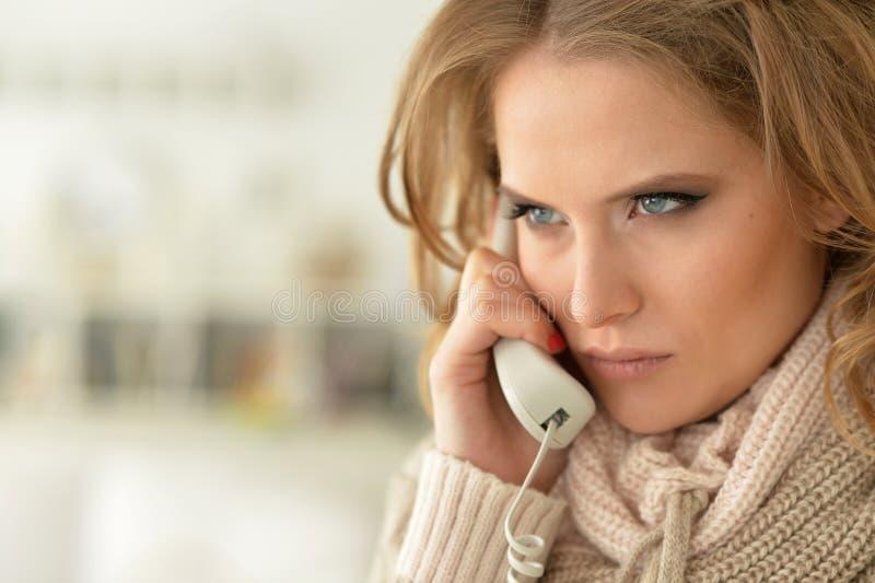 Femme fâché parlant au téléphone image libre de droits