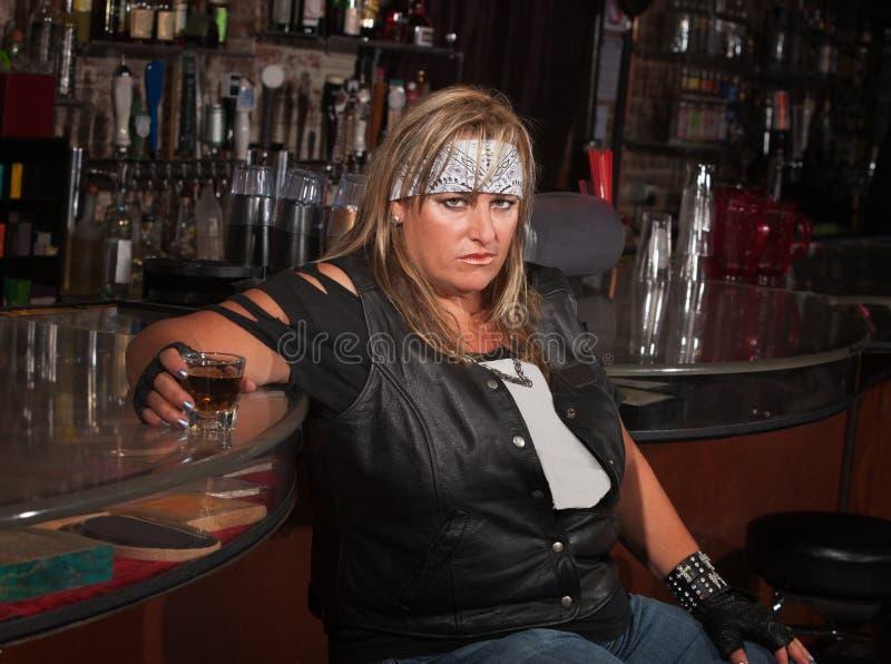 Femme fâchée avec la boisson photo stock