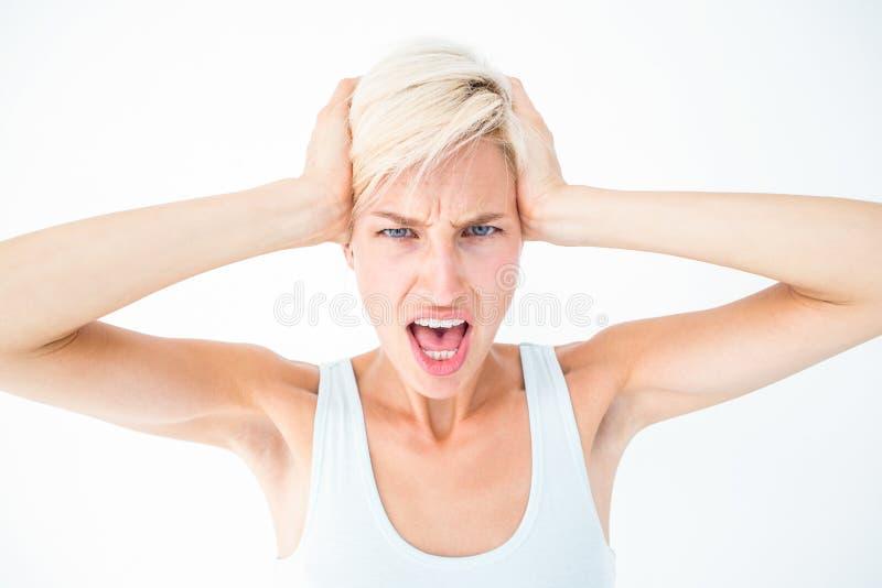 Femme fâchée criant et tenant sa tête photos libres de droits