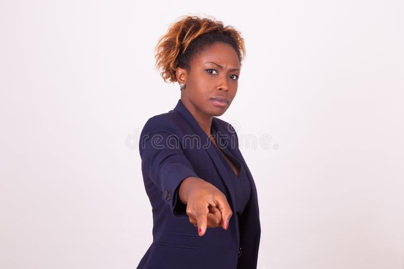 Femme fâchée d'affaires d'Afro-américain indiquant le doigt le thyristor photo libre de droits