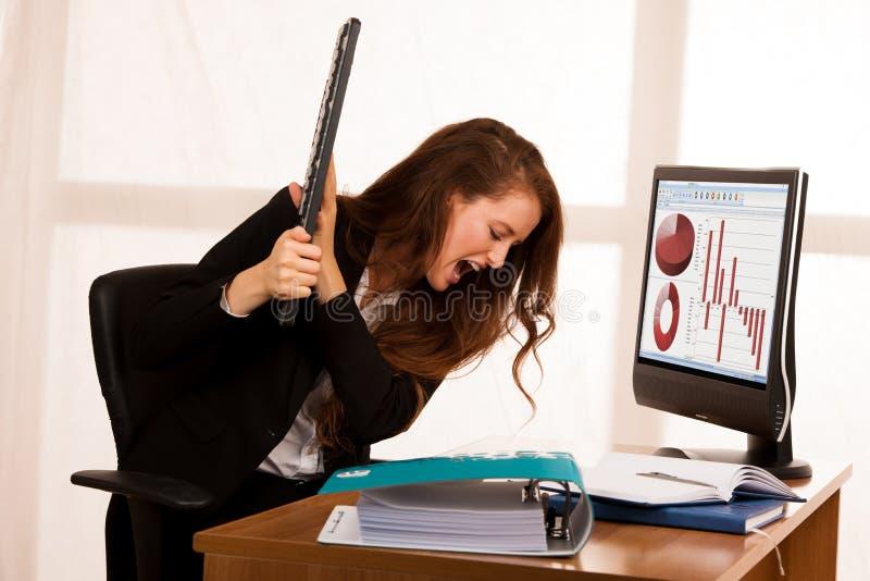 Femme fâchée d'affaires exprimant la rage à son bureau en bureau photographie stock libre de droits