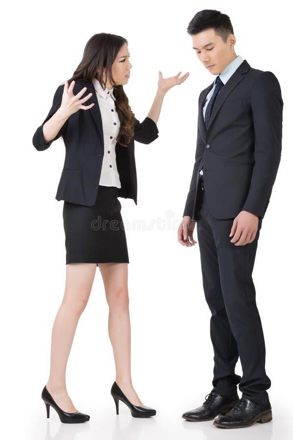 Femme fâchée d'affaires hurlant à un homme image stock