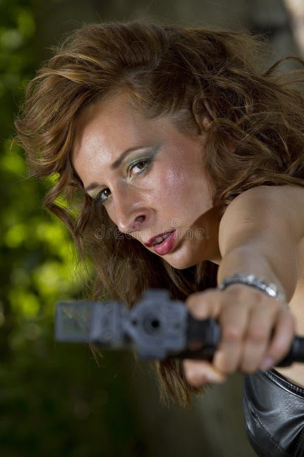 Femme fâchée d'arme à feu photographie stock