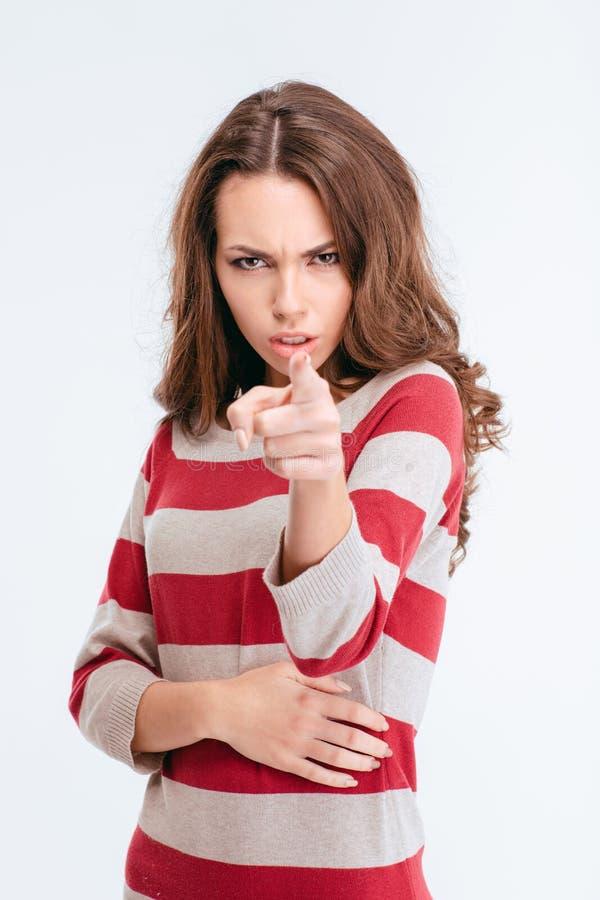 Femme fâchée dirigeant le doigt à l'appareil-photo photos stock