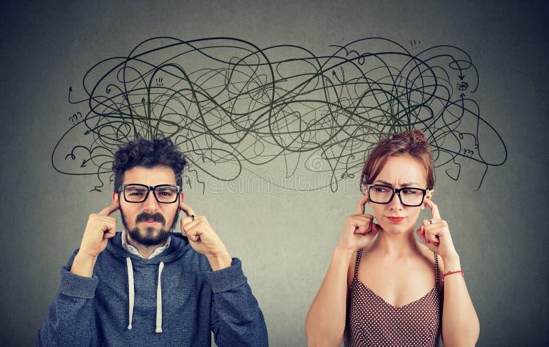 Femme fâchée et homme contrariés de couples ignorant l'écoute photographie stock
