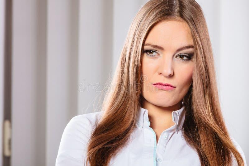 Femme fâchée et irritée d'affaires dans le bureau photos stock