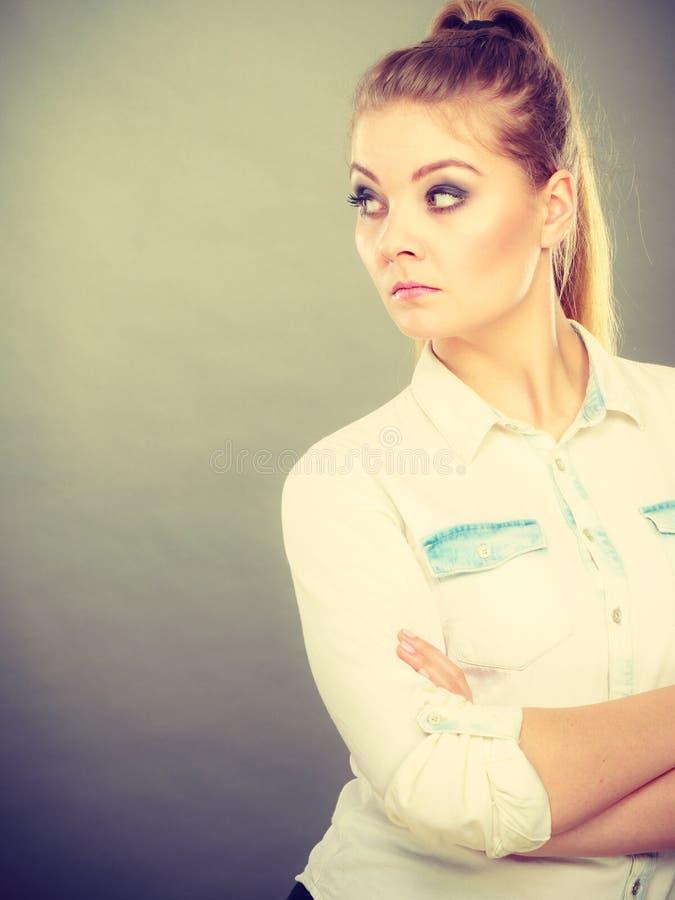 Femme fâchée regardant la position très contrariée avec des bras pliés photographie stock