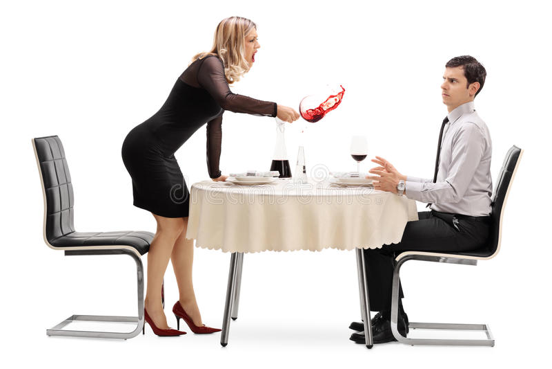 Femme fâchée renversant la boisson sa date photos stock