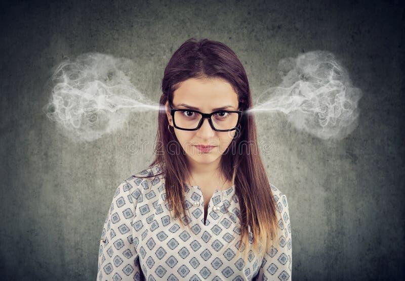 Femme fâchée, vapeur de soufflement sortant des oreilles image stock