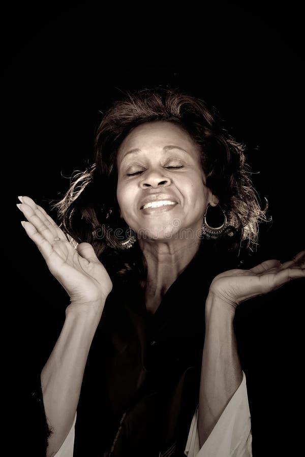 Femme félicitant Dieu photographie stock libre de droits
