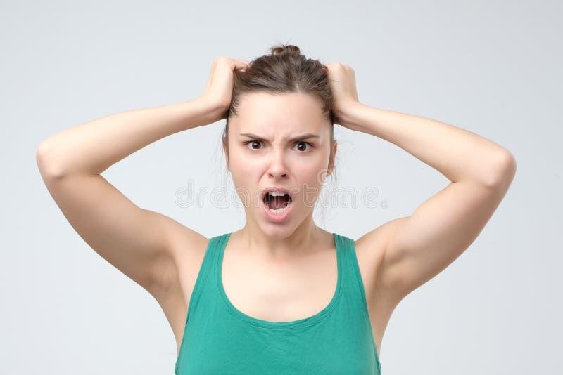 Femme f?ch?e furieuse criant avec la rage et la frustration photos stock