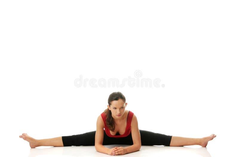 Femme faisant étirant l'exercice image stock