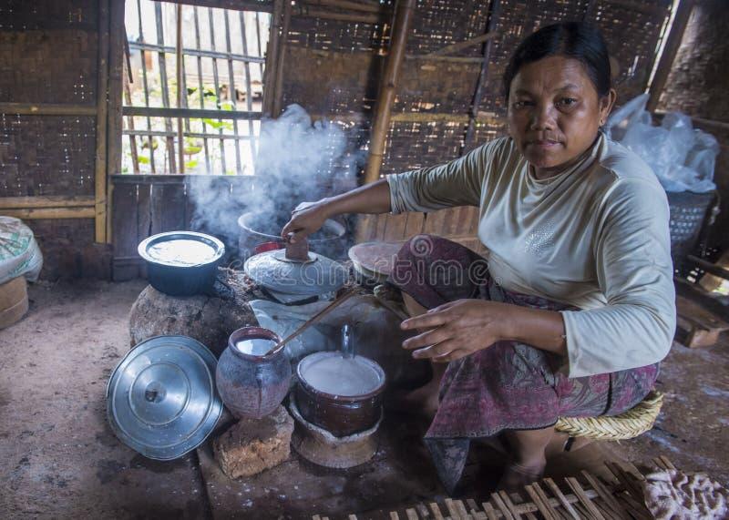 Femme faisant cuire des crêpes birmannes traditionnelles photos libres de droits