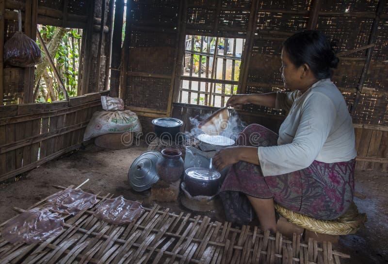 Femme faisant cuire des crêpes birmannes traditionnelles photo stock
