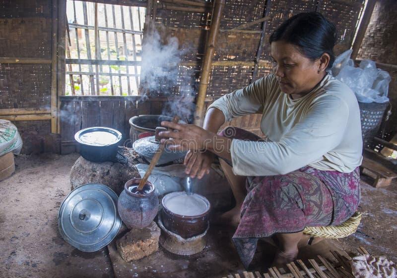 Femme faisant cuire des crêpes birmannes traditionnelles photographie stock