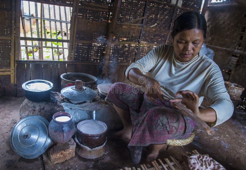 Femme faisant cuire des crêpes birmannes traditionnelles photos stock