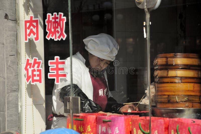 Femme faisant des boulettes image libre de droits