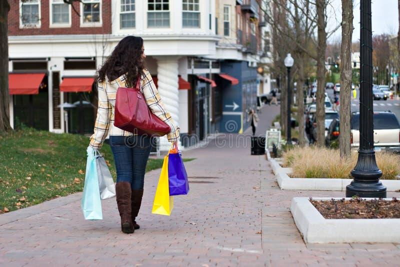 Femme faisant des emplettes à l'extérieur photographie stock libre de droits