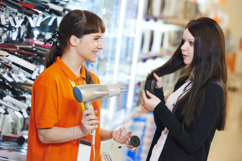 Femme faisant des emplettes à la maison supermarché d'appareils photo stock