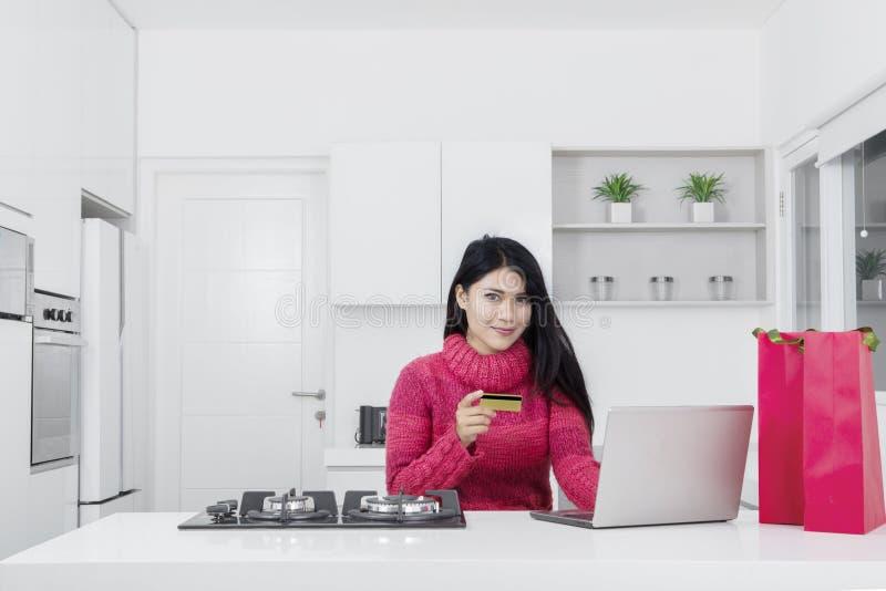 femme faisant des emplettes en ligne dans la cuisine image stock image du laptop carte 82397053. Black Bedroom Furniture Sets. Home Design Ideas