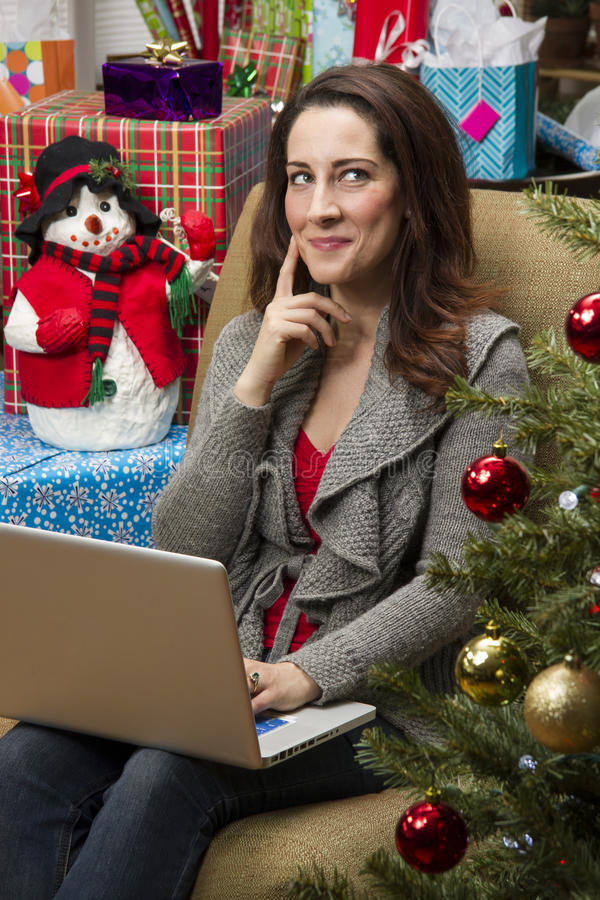 Femme faisant des emplettes en ligne pendant des cadeaux de Noël images libres de droits