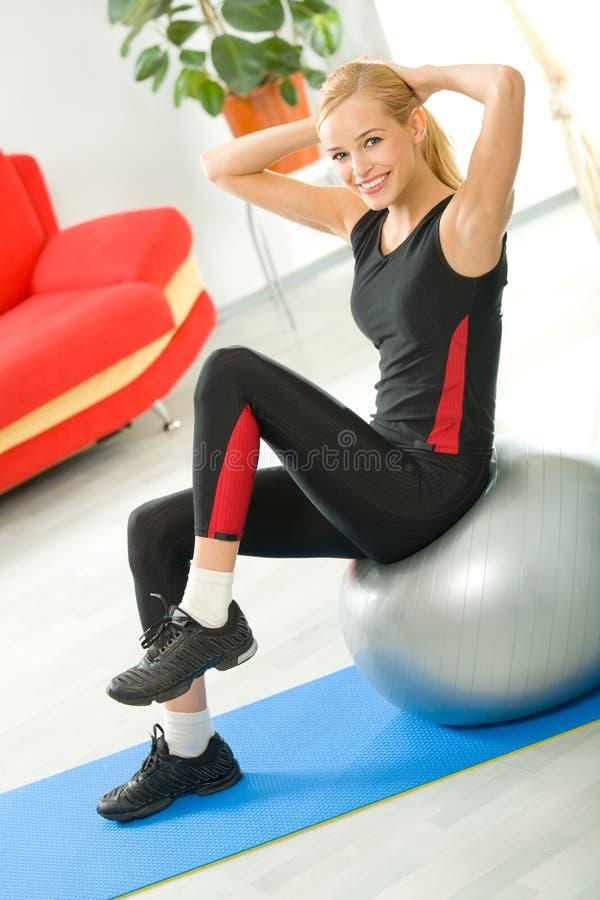 Femme faisant des exercices à la maison images stock