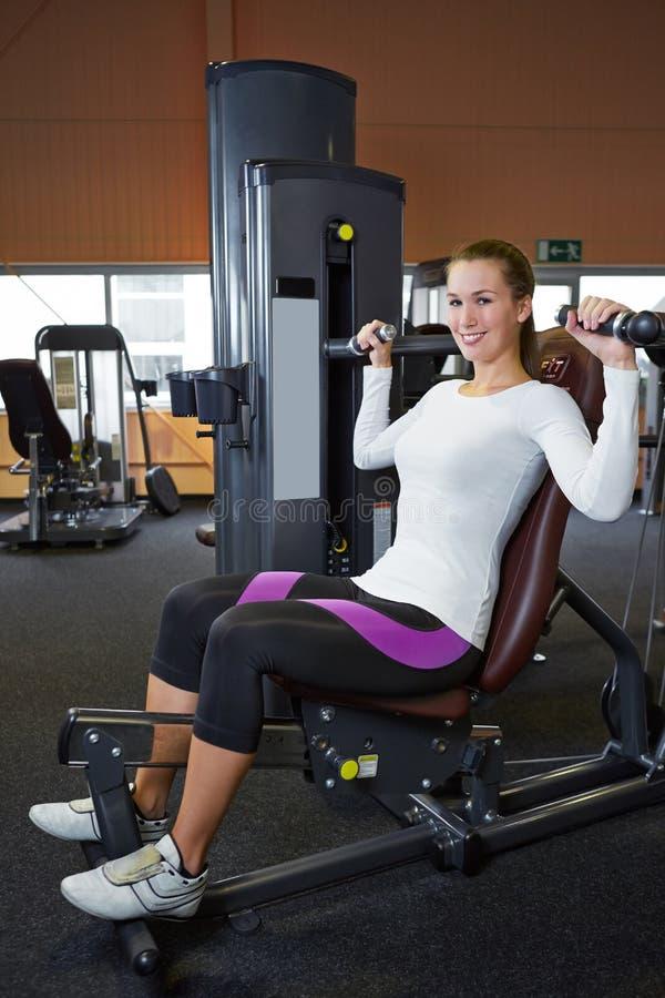 Femme faisant des exercices arrières
