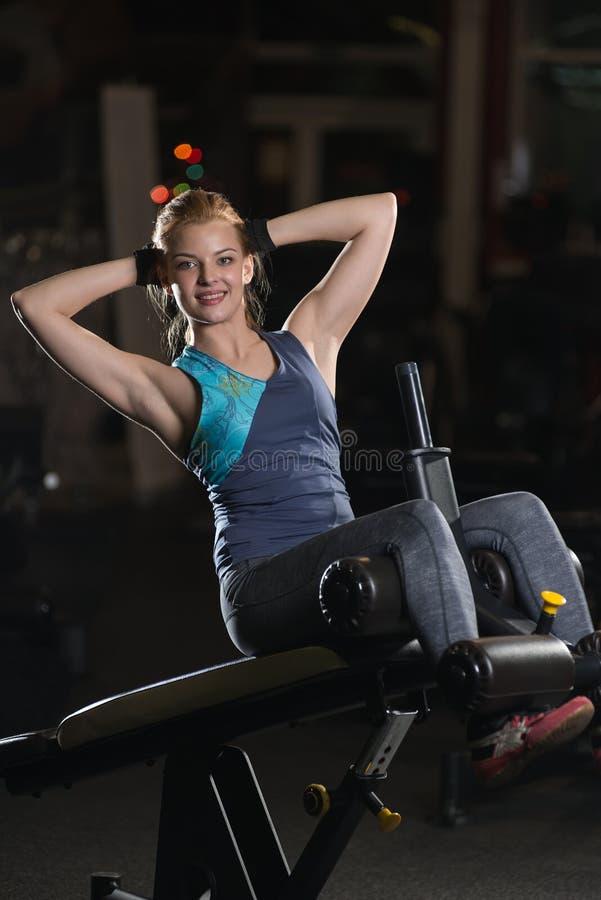 Femme faisant des exercices de force pour des muscles d'ABS image stock