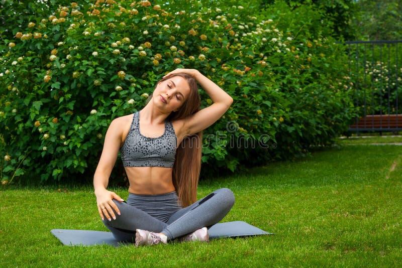 Femme faisant des exercices en parc images stock