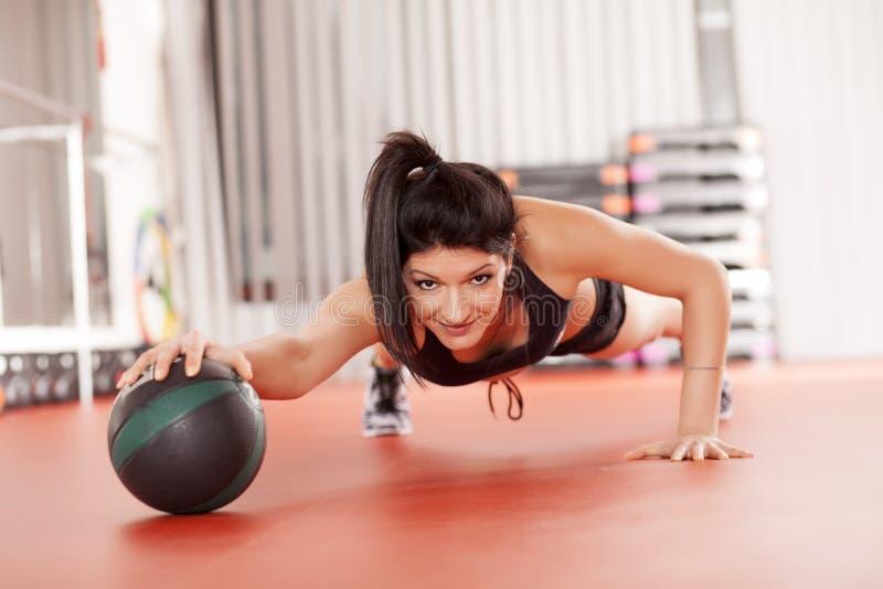 Femme faisant des pilates image stock