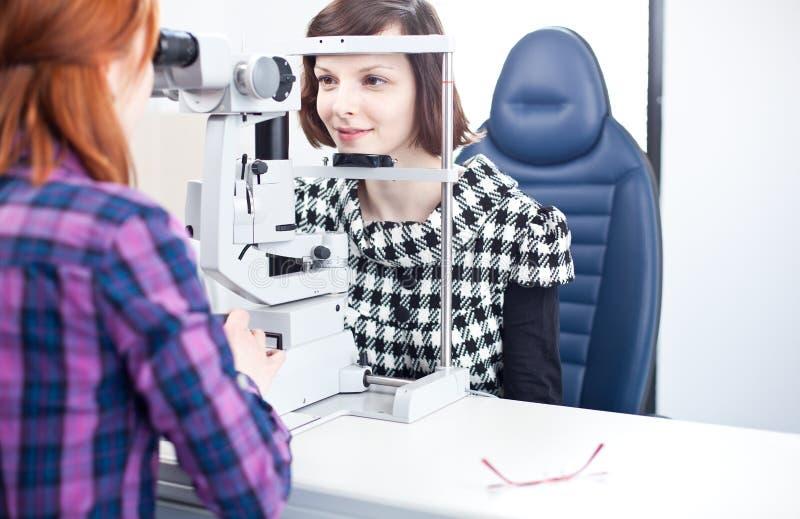 Femme faisant examiner ses yeux par un docteur d'oeil photos stock