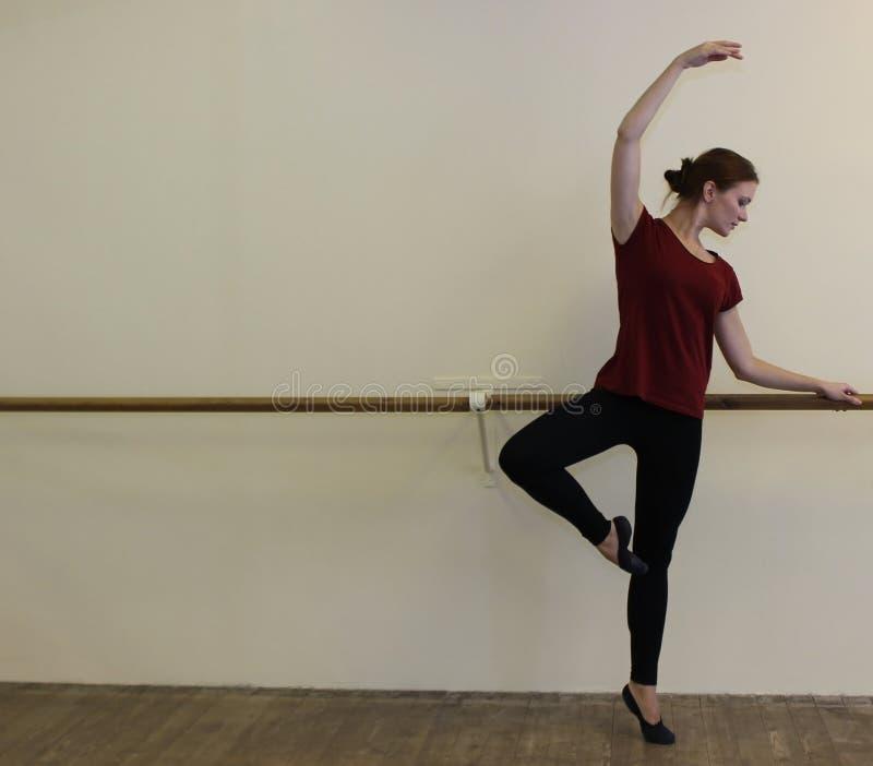 Femme faisant l'échauffement dans le hall de ballet photos libres de droits