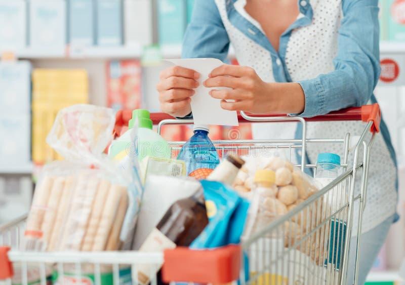 Femme faisant l'épicerie photos libres de droits