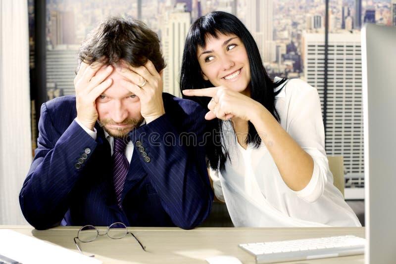 Femme faisant l'amusement de l'homme triste d'affaires photo libre de droits