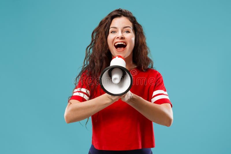Femme faisant l'annonce avec le mégaphone photos stock