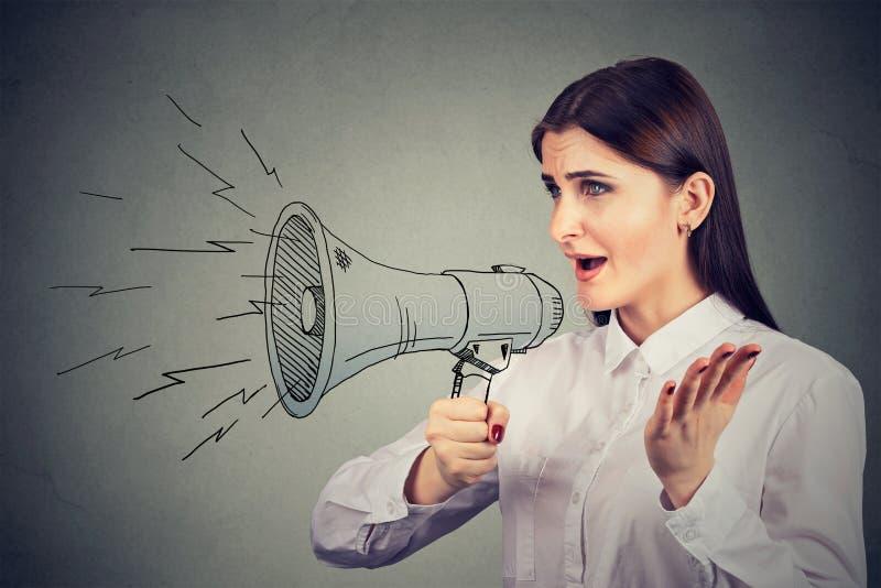 Femme faisant l'annonce avec le mégaphone images libres de droits