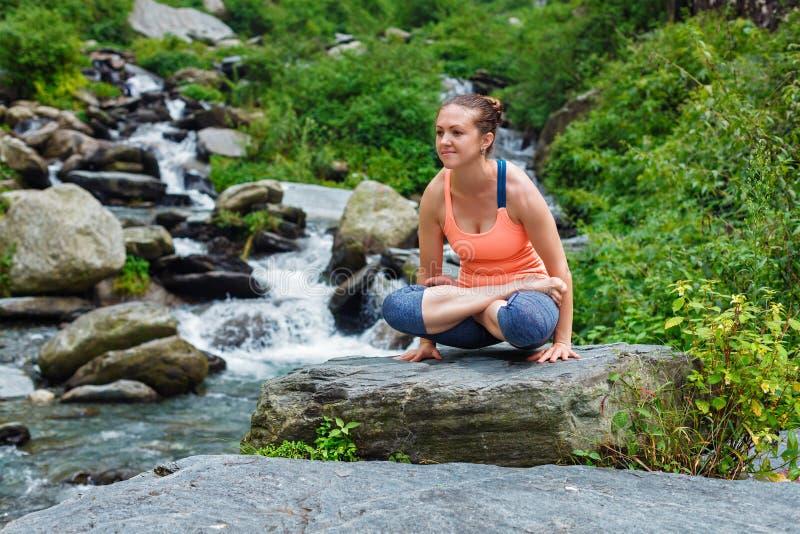Femme faisant l'asana Tolasana d'équilibre de bras de yoga d'Ashtanga Vinyasa images stock