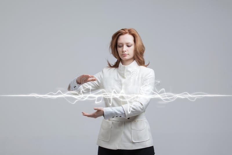 Femme faisant l'effet magique - foudre instantanée Le concept de l'électricité, haute énergie image stock