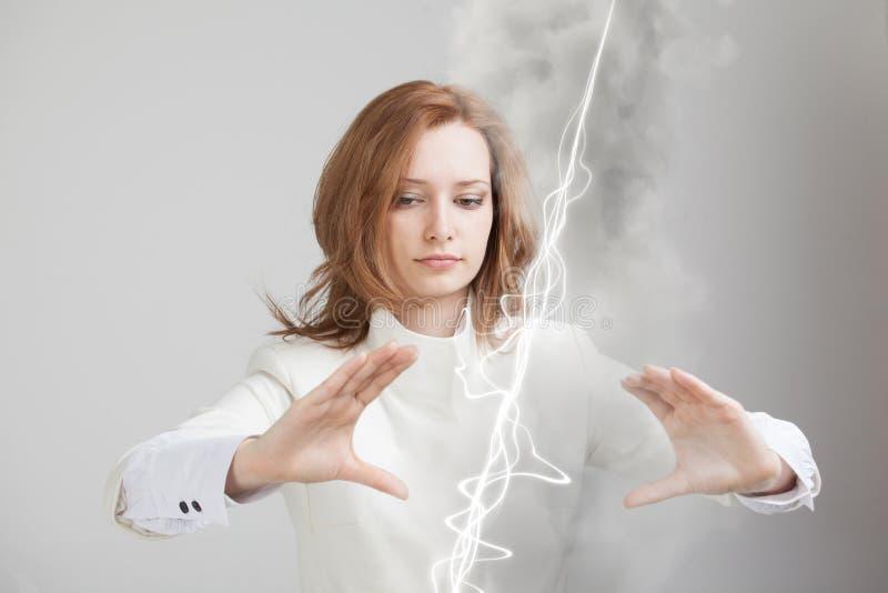 Femme faisant l'effet magique - foudre instantanée Le concept de l'électricité, haute énergie images libres de droits
