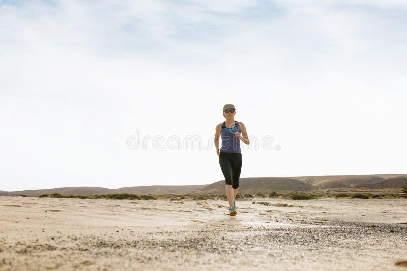 Femme faisant l'essai de matin dans le désert photos stock