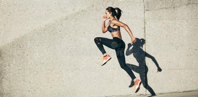 Femme faisant l'exercice de forme physique dehors photos libres de droits