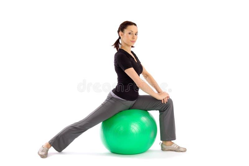 Femme faisant l'exercice de Pilates image stock