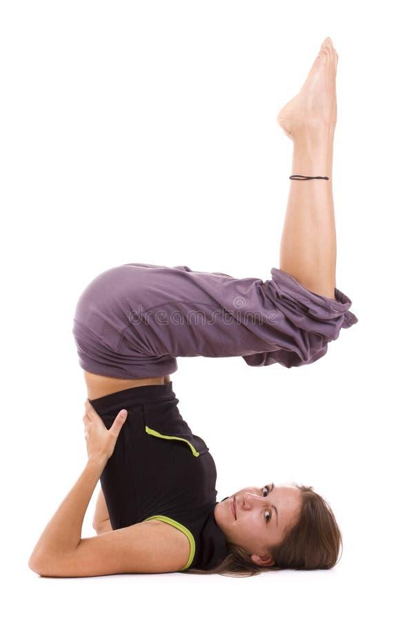 Femme faisant l'exercice de yoga photo stock