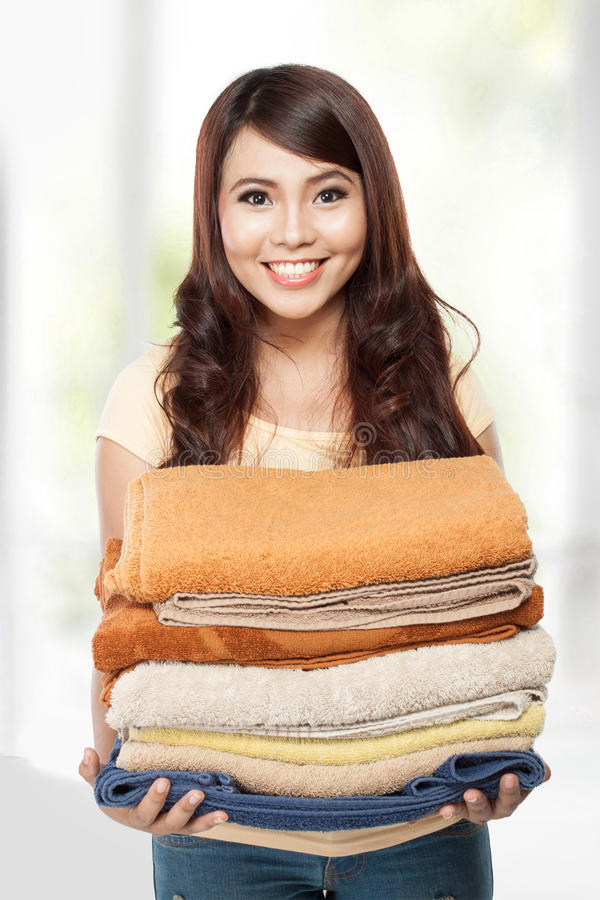 Femme faisant la blanchisserie images libres de droits