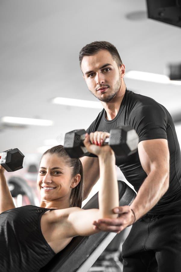 Femme faisant la forme physique avec l'aide personnelle d'entraîneur images stock