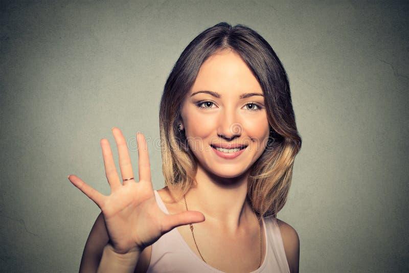 Femme faisant la haute cinq avec sa main image stock