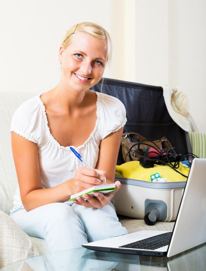Femme faisant la liste de planification images stock