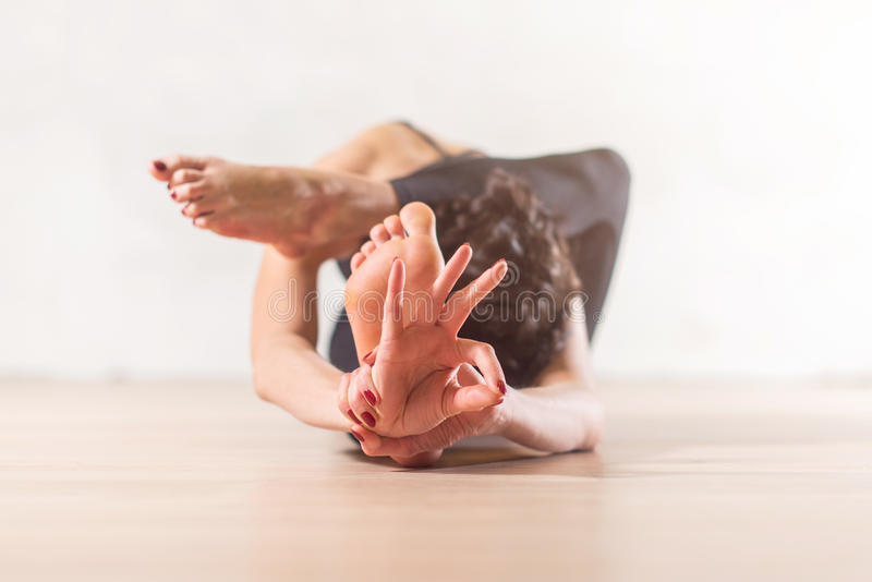 Femme faisant la méditation de yoga et étirant l'exercice photo stock